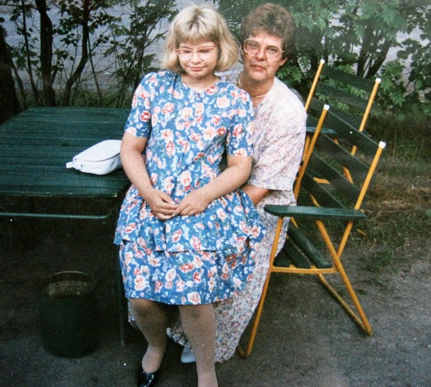"""""""Hyppäsin kuvaa varten äitini syliin veljeni häissä. Veljeni meni naimisiin vuonna 1994, ja häissä oli hauskaa."""""""