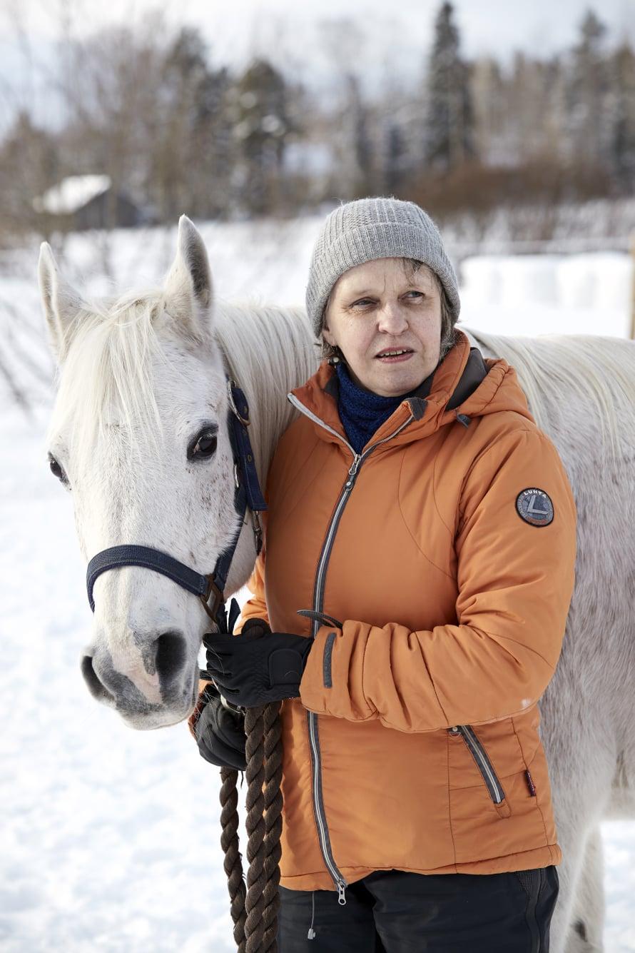 """""""Sitä mukaa kuin näköni on huonontunut, olen keksinyt uusia keinoja selvitä. Olen nyt hoksannut jättää portin tolppaan otsalampun, jos vien hevosen tarhaan pimeällä. Sen valon erotan ja löydän takaisin portille."""""""