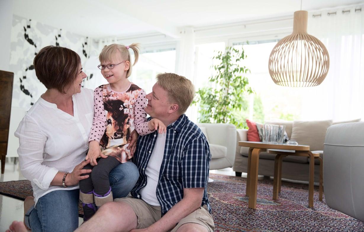 """Opettaja Anna-Riitta """"Ansku"""" Partanen, 46, ja vakuutusalalla työskentelevä Hannu Partanen, 46, asuvat Lahdessa ja ovat olleet naimisissa 20 vuotta. Hilla on rakastettu kuopus, joka kommunikoi kuvilla, viittomilla ja omilla sanoillaan."""