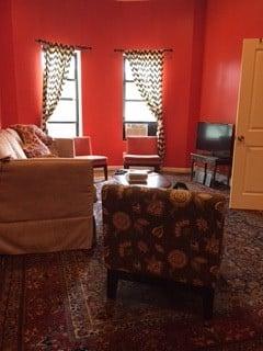 Majapaikan olohuone. Taiteilijoilla on värisilmää!