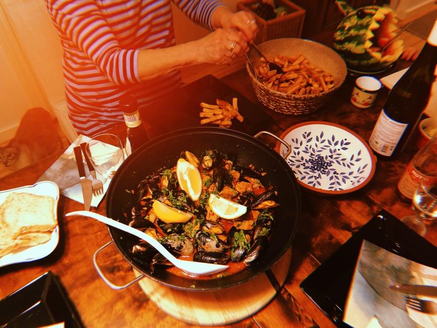 Carne De Porco Alentejana on yksi suosikkiruoistani. Sen reseptin löydät mm. kirjastani Pataruokaa. Tämän valkoviiniliemisen padan kanssa tarjotaan aina ranskalaisia perunoita, niin oudolta kuin se kuulostaakin.