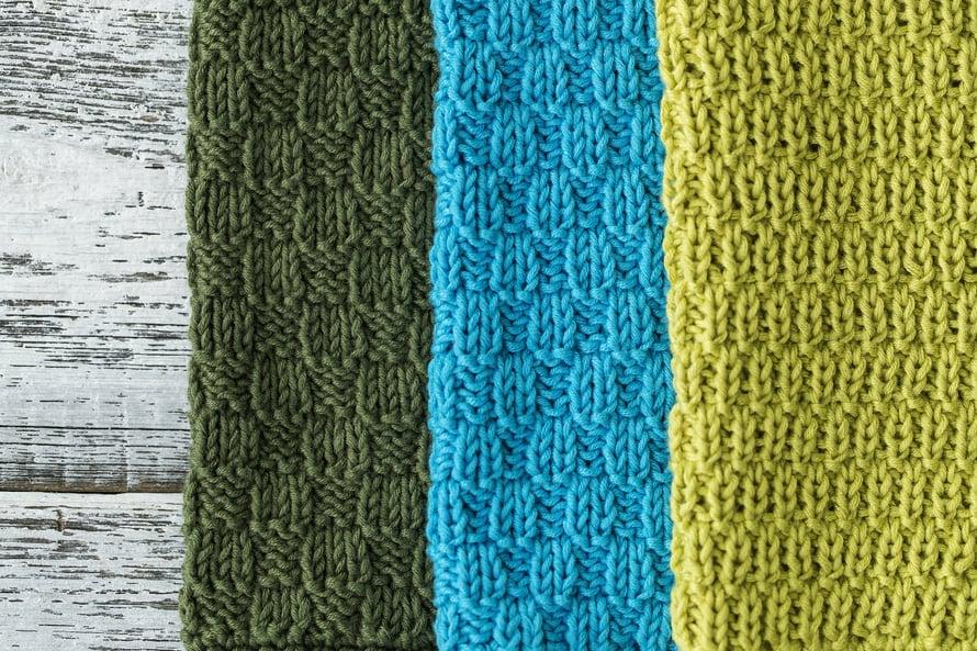 Voit kuvioida rätin 2 oikein, 2 nurin -neuleen sijaan yhdellä tai kolmella jaollisilla pinnoilla. Helle vi on nimennyt pinnat ruusunnupuksi, tulppaaniksi ja rairuohoksi.