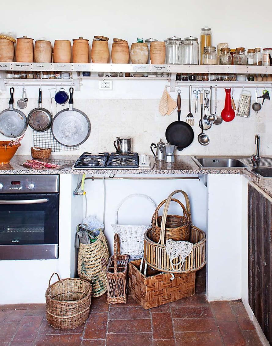 """Kuvataiteilija Elisabeth """"Lilli"""" Steniuksen ja arkeologi Rasmus Brandtin koti on 1920-luvulla rakennettu maalaistalo Abruzzon maakunnassa Italiassa. Avoimet hyllyt, terrakottapurkit ja esillä roikkuvat keittoastiat henkivät perinteistä italialaista keittiötä."""