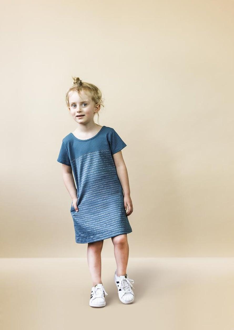 14 Tytön sininen mekko
