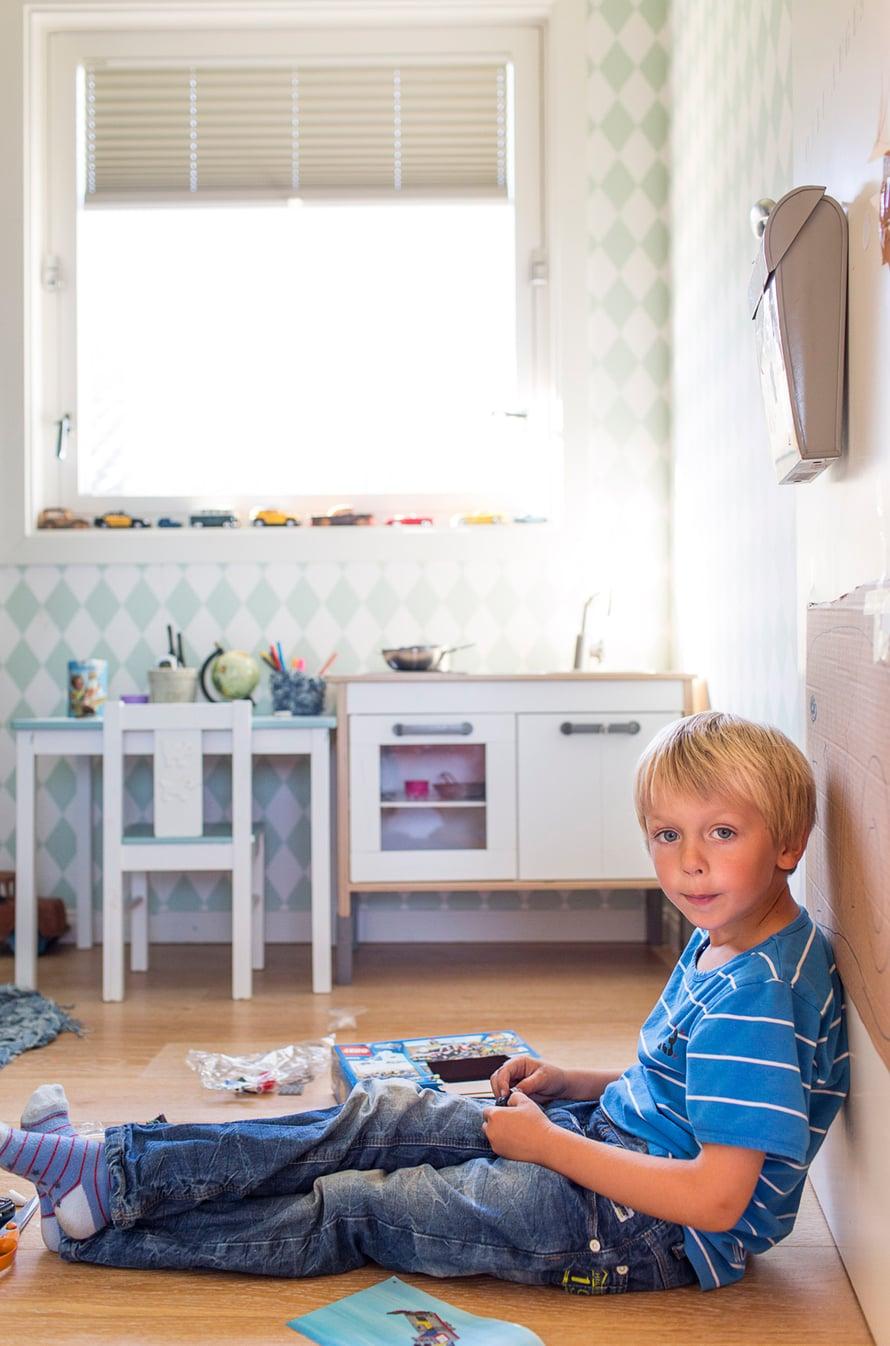 Ollin huoneen keittiönurkkaus on Ainon kokkauskäytössä. Ruututapetin valmistaja on Ferm Living.