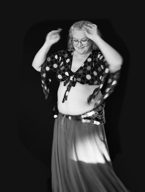 """""""Muistelen usein päälle kahdeksankymppistä naista, joka saapui pitämälleni tanssitunnille: laittoi kävelykeppinsä seinää vasten ja alkoi tanssia."""""""