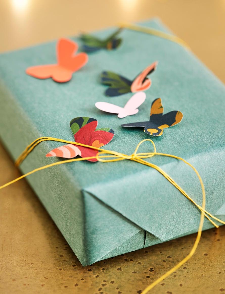 Miksei joulupaketteihin voisi lentää perhosiakin? Lahjapaperit Papershop, paperinaru Askarelli.