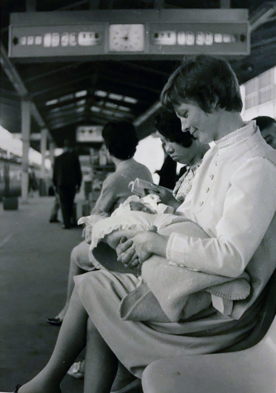 Ritva ja Juho-vauva Tokion asemalla 24.6.1969.