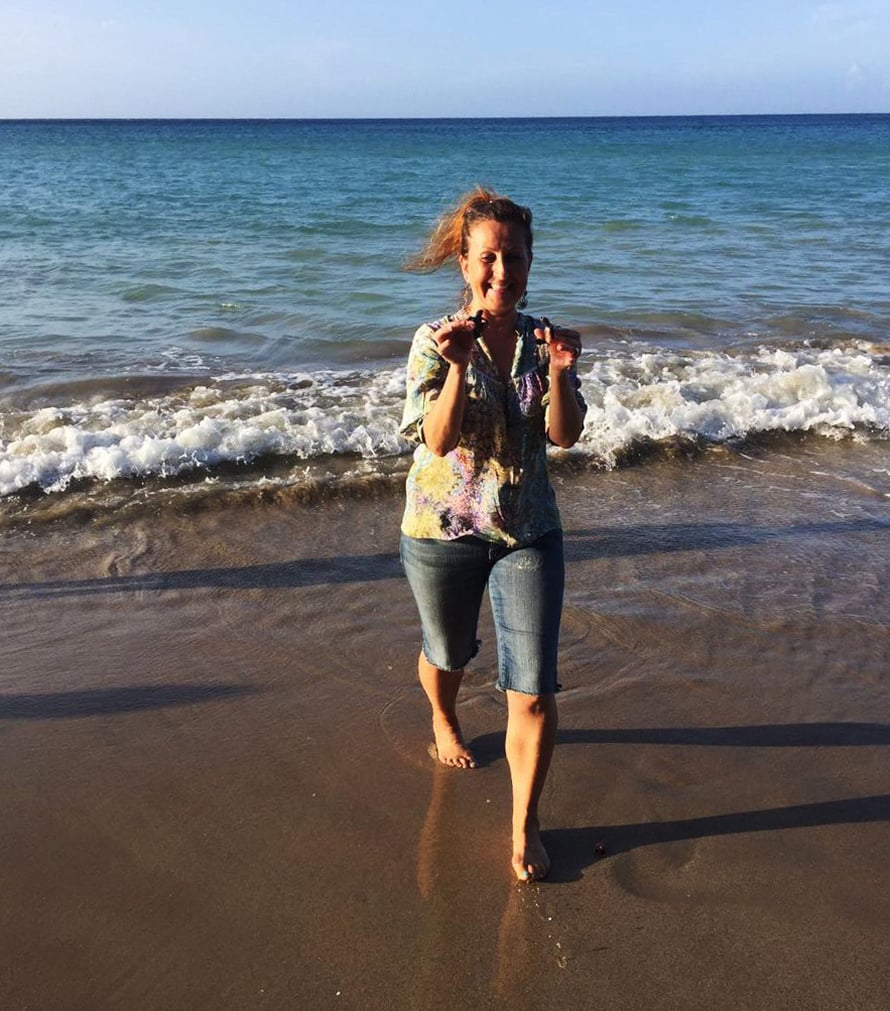 Yksi Marjon lempipuuhia on pelastaa kilpikonnia rannalta veteen. Aikaisemmin Marjon koti oli Helsingissä.