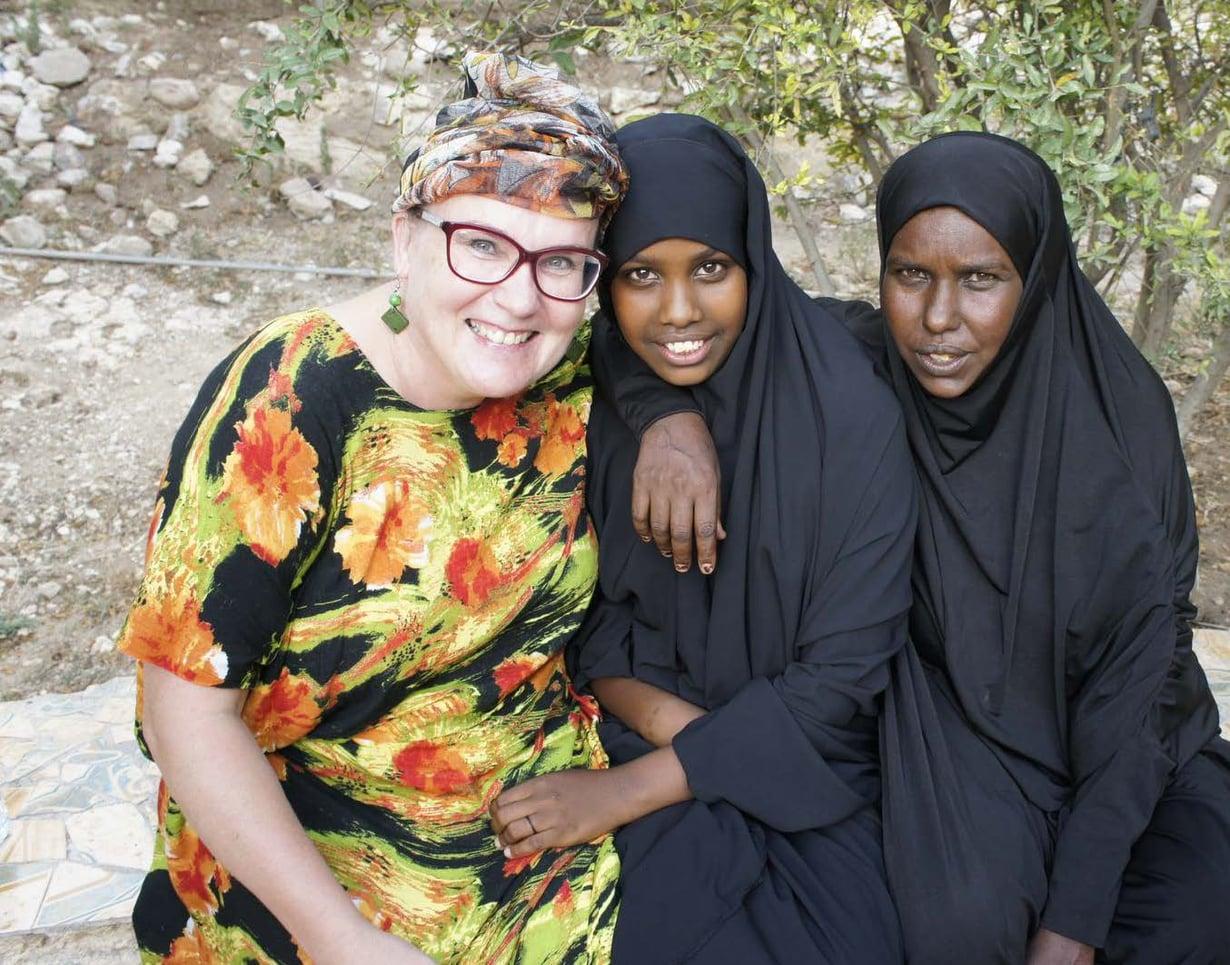 Airi Kähärä, 15-vuotias Hodan Abdi Mohamed ja hänen äitinsä Nura Mohamed Muse. Nura päätti, että hänen tyttöään ei silvota. Nura itse joutui nuorena kokemaan ympärileikkauksen.