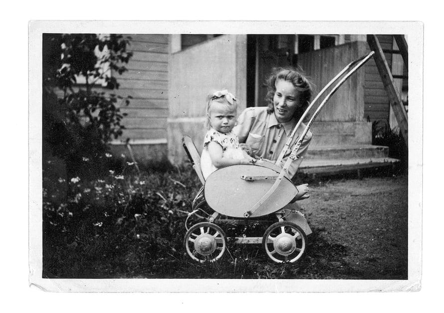 Marjatta näki äitiään vain harvoin, mutta hänellä on muutamia kuvia, joissa hän on yhdessä äitinsä kanssa.