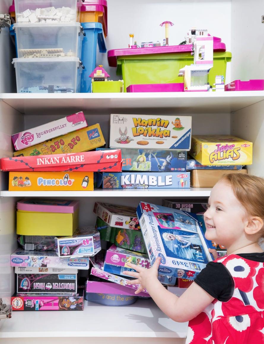Kaikista leluista ei ole tarvinnut luopua, mutta jokaisella on oma paikkansa. Leikkihuoneen kaapista löytyvät lautapelit ja legot omista laatikoistaan.