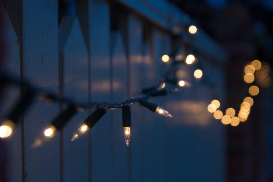 """Lämpimän sävyiset valot ovat KK:n kyselyn vastaajien suosikkeja. """"Olen aurinkoihminen ja syksyisin voisin mennä talviunille. Valot ja lyhdyt kynttilöineen pelastavat"""", yksi vastaajista sanoo."""