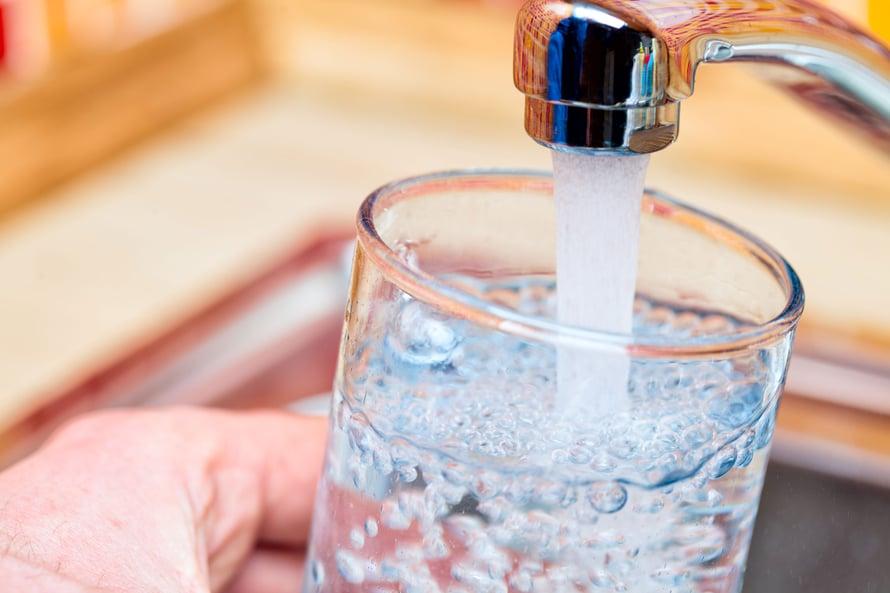Paras janojuoma on hanavesi. Jos se ei maistu, voi vettä maustaa ja juoda myös kaupan hiilihapollisia vesiä.