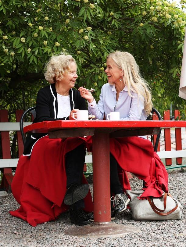 """""""Emme ole enää symbioosissa vaan kaksi aikuista naista rinnakkain"""", Helena Liikanen-Renger sanoo. ÄitiAssi Liikanenon samaa mieltä."""