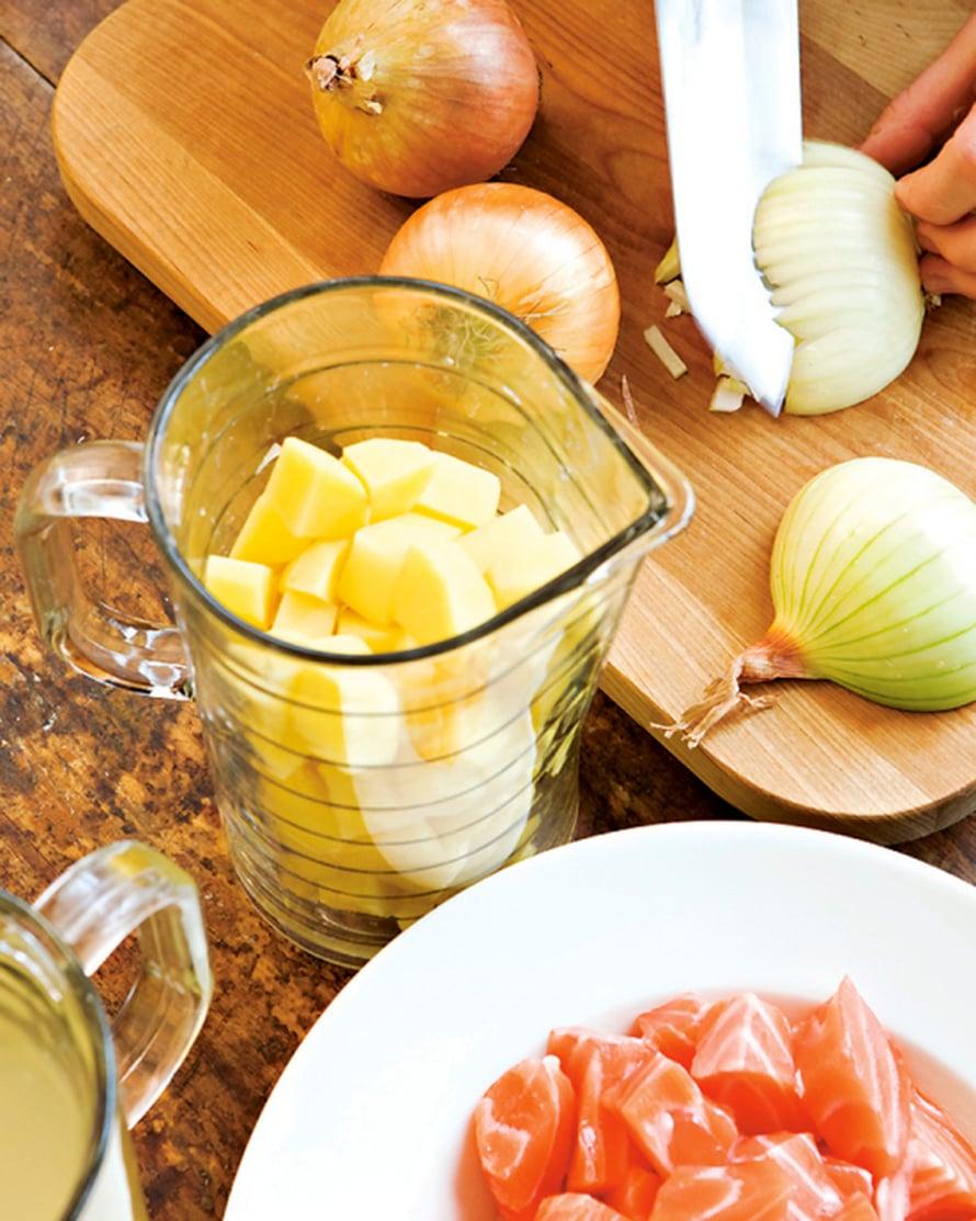 Nypi kalafileestä ruodot, poista nahka ja leikkaa kuutioiksi. Voit käyttää myös valmiita pakastekuutioita. Kuori perunat ja sipulit. Kuutioi perunat ja hienonna sipulit.