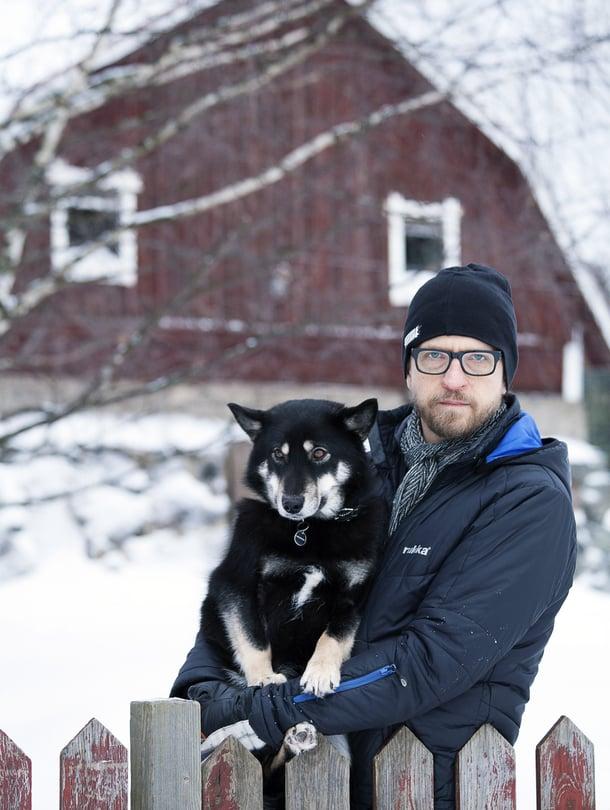 Kai Latvalehdon koti on nyt Haukiputaalla. Perheeseen kuuluu myös lapinporokoira Vimpa.