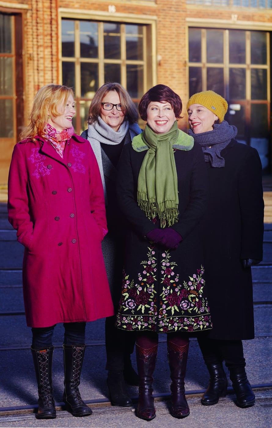Riikka (toinen oikealta) ja tukijoukot: Kirsti Kuosmanen (vas.), Katri Koski ja Mira Selander.