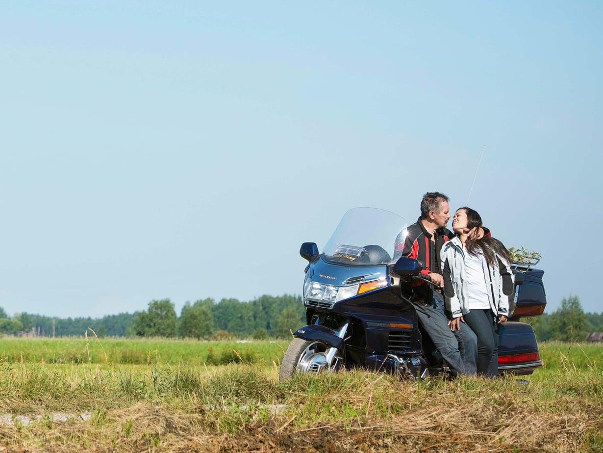 Iltaisin ja viikonloppuisin Mauri ja Marisa moottoripyöräilevät.