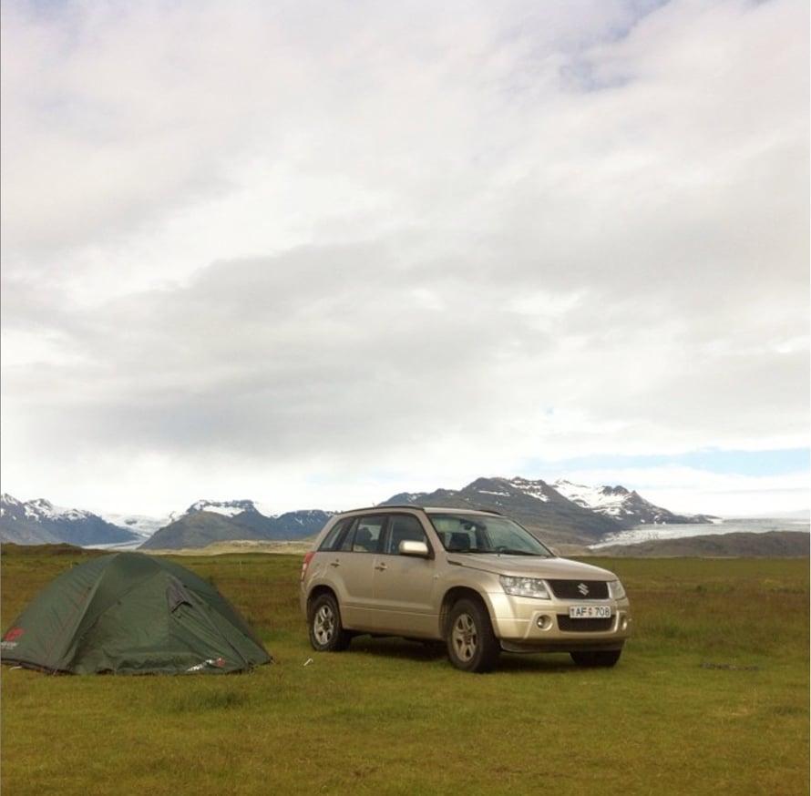 Tässä meidän yhden yön leirimme Islannissa. Tuolla pellolla tuuli niin kovaa, että telttamme vääntyi aivan littanaksi, joten ajoimme vuokra-automme tuulensuojaksi.
