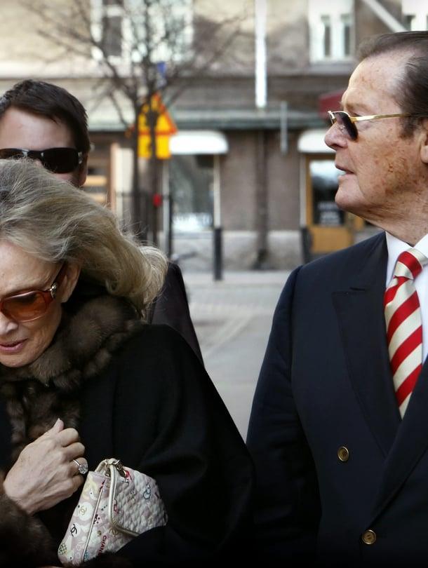 Roger Moore vieraili Suomessa kolmesti. Kuvassa näyttelijä on matkalla helsinkiläiseen ravintolaan vuonna 2009.