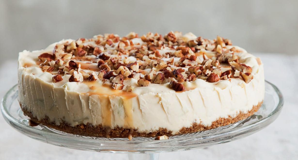 Kakku on ihana ja keveä ja siinä on ylellisen kinuskinen maku.
