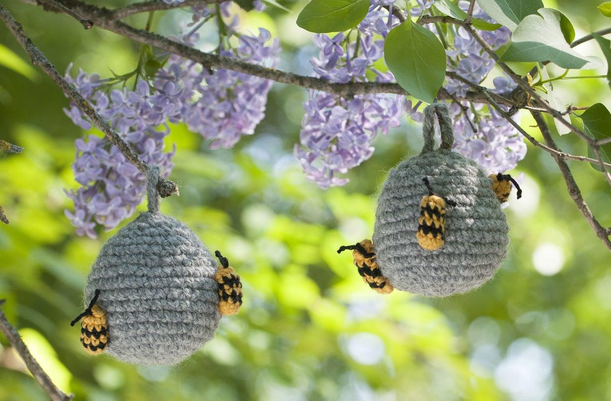 Ripusta virkattu valepesä terassille tai puutarhaan – paikkaan, johon ampiaiset tapaavat pesänsä tehdä.
