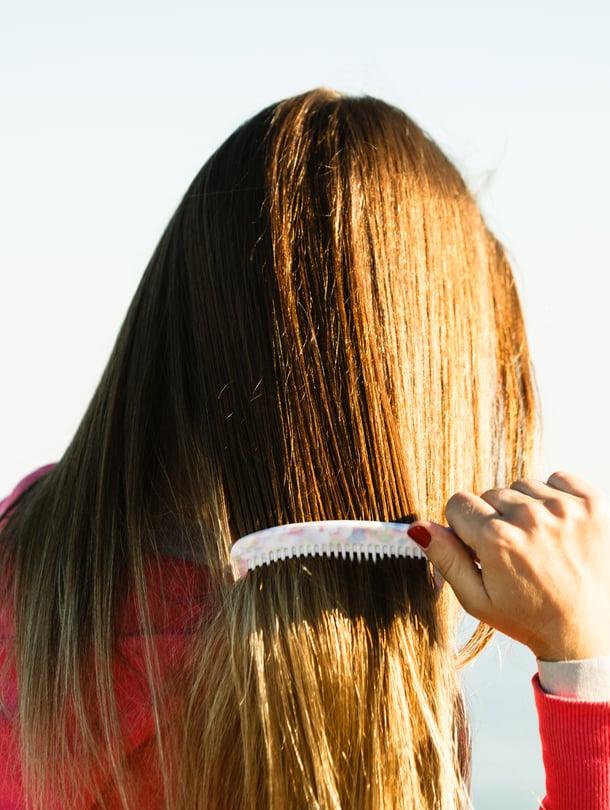 Merivesi tekee hiuksista kovat ja kampaamisesta hankalaa.