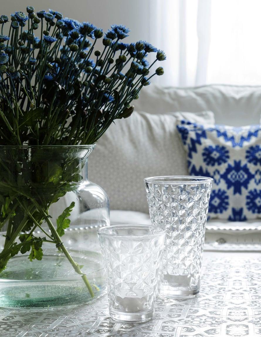 Kukkaruukkuja ja  -maljakoita on  kodissa aina  esillä. Talvella  kukat haetaan  kaupasta ja  kesällä omalta  pihalta.