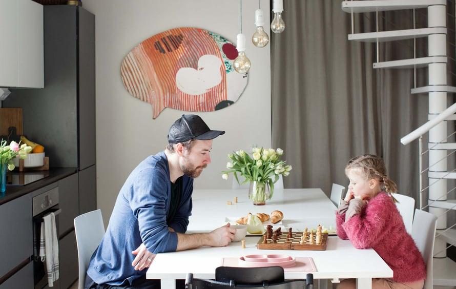 Andrius on kotoisin Liettuasta, missä käsityötaitoja arvostetaan. Hän teki itse kodin paneloinnit, asensi lattiat ja maalasi seinät. Sirot portaat ovat italialaisen Fontanot'n valmistamat. Puhekupla on Lotta Eskon taideteos.