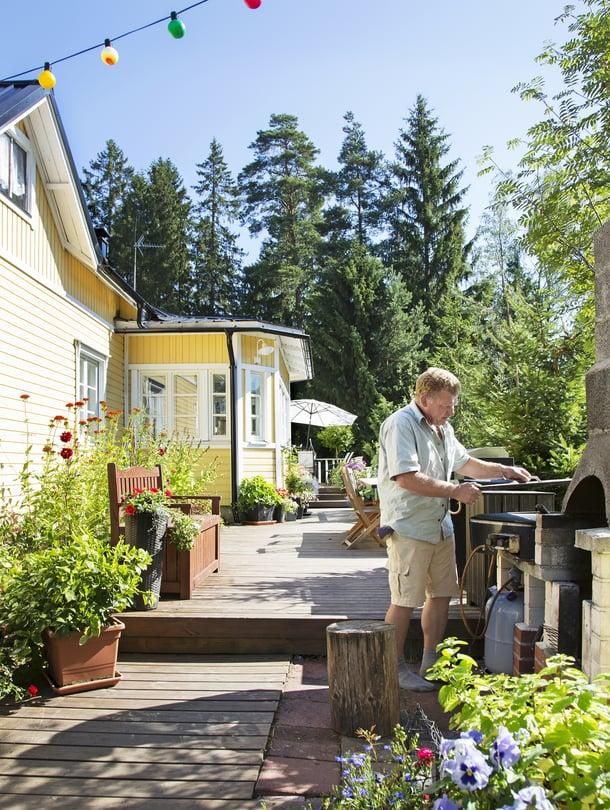 1900-luvun alussa rakennetussa puutalossa asuvat eläkkeellä oleva rakennusmies Risto Avéllan, puutarhaliikkeen myyjä MerjaLahtivirta ja heidän poikansa Jere.