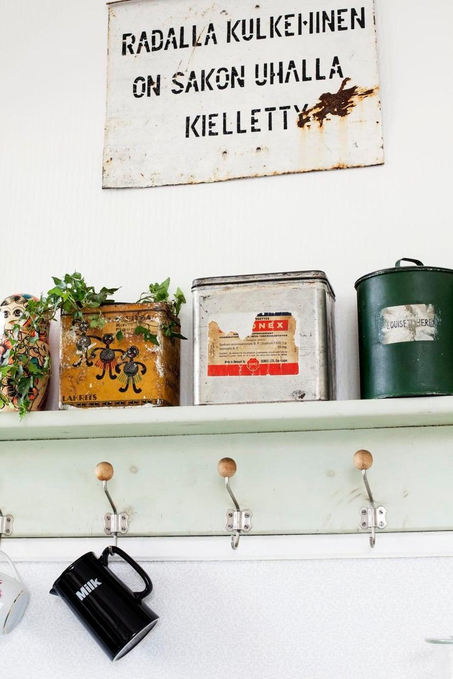 Keittiön vanha naulakko löytyi Mikan vanhempien tilalta. Kannut ja mukit odottavat siinä käyttövuoroaan.