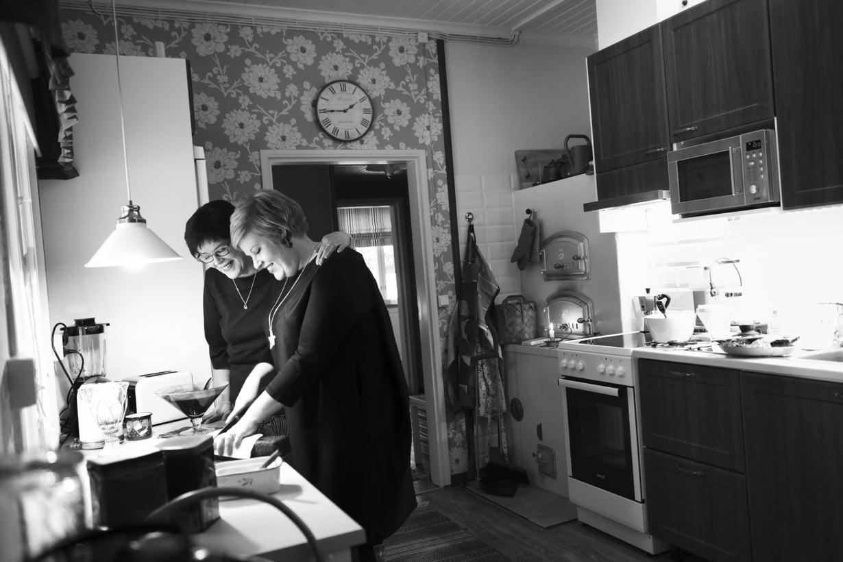 Marita opetti tyttärelleen Annikalle, että vieraille tarjotaan aina ruokaa ja jälkiruokakahvin kanssa makeaa.