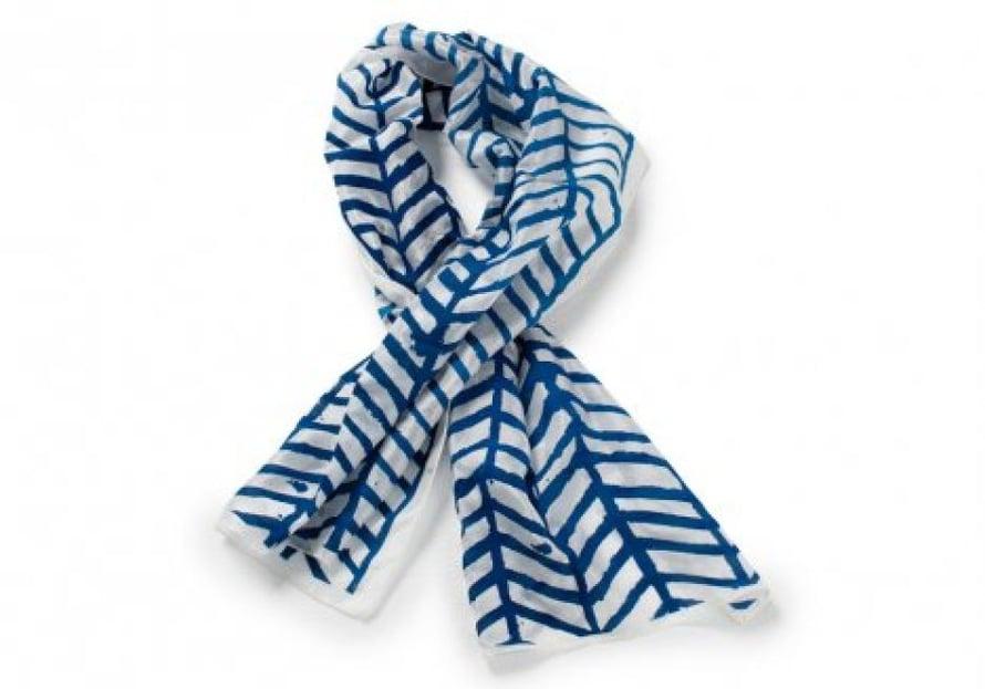 Sininen silkkihuivi on värikokeilu päättötyö kuvioista.