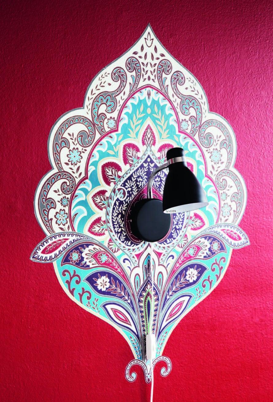 Pieni ja vaatimaton valaisin kehystettiin itämaistyyppisellä ornamenttitapetilla. Leikkaa tapetista kokonainen kuvio ja kiinnitä se liisterillä seinään.