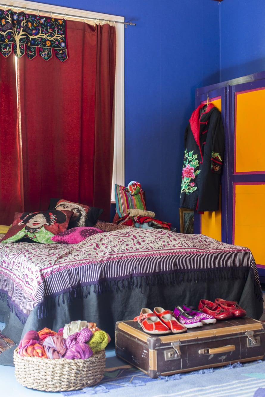 Koko värien kirjo makuuhuoneessa. Kauniit vaatteet ja kengät saavat olla esillä. Kuva Hanne Manelius