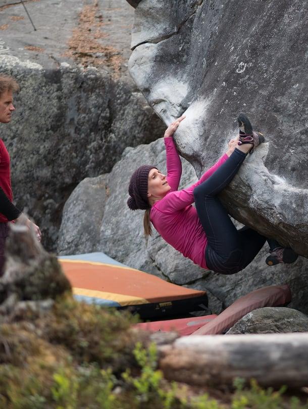 42-vuotias digitaalisten palveluiden suunnittelija Tea Tanskanen asuu Helsingissä. Kaksi vuotta sitten hän koki saman kiipeilyn onnen kuin lapsena omenapuissa. Keväästä syksyyn Tea kiipeää kivillä ja kallioilla, talvella hän treenaa hallissa.