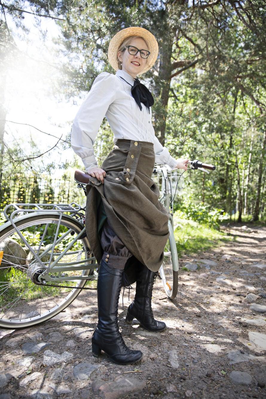 Entisajan vaatteissa oli käytännöllisiä niksejä: nappilista pitää helmat pois polkupyörän pinnojen välistä. Katja on saanut jäljentää vanhojen vaatteiden kaavoja Kansallismuseon Käsitöitä-lehdistä, jotka ovat ilmestyneet 1800-1900-lukujen vaihteessa.