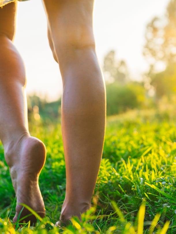 Yksi kesän ihanista nautinnoista on paljain jaloin kävely! Sen jälkeen on kuitenkin punkkisyynin aika.