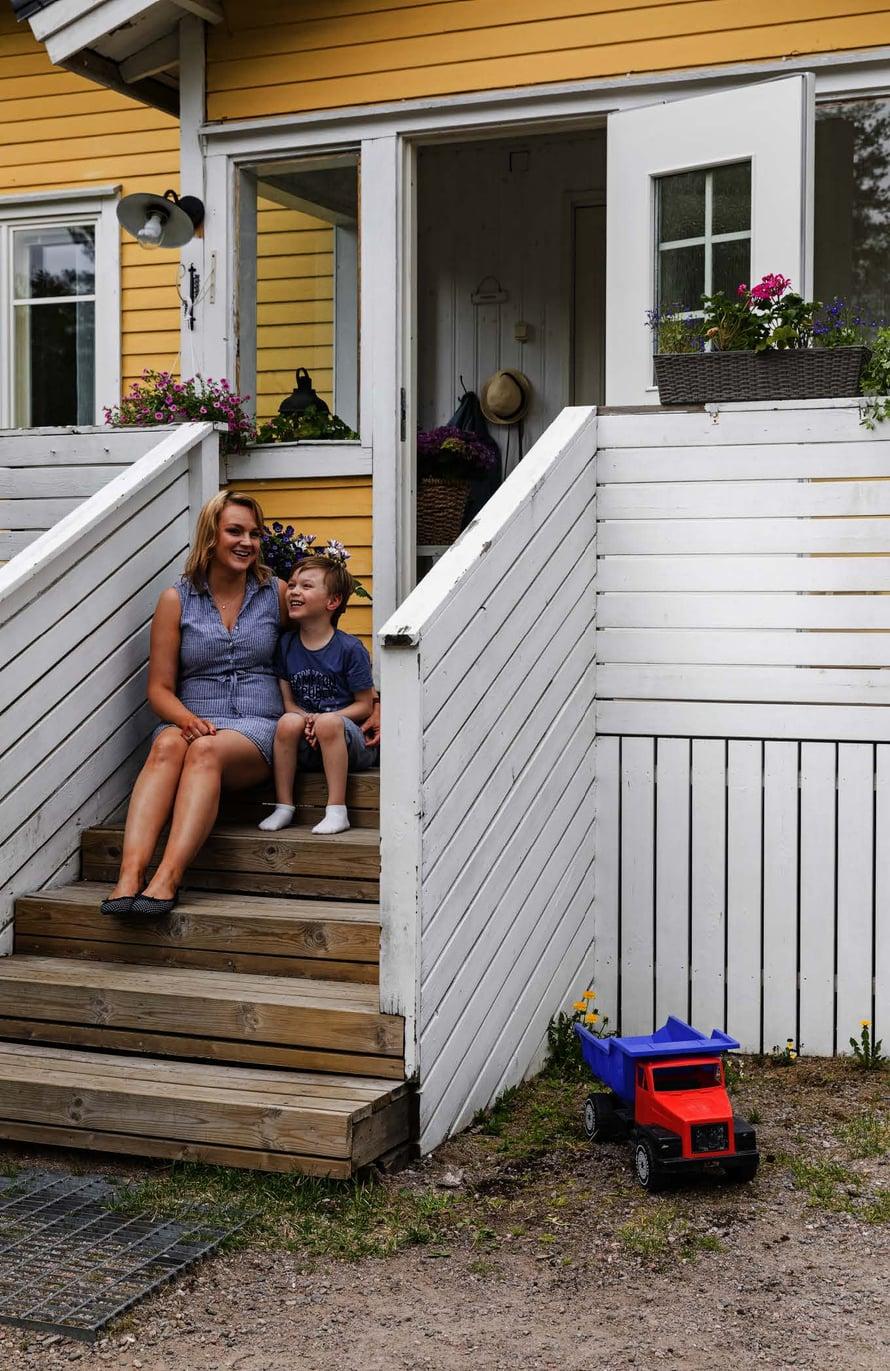 Yksi Melissan  ja Samun tulevista  remonttiprojekteista  on uusi terassi.  Alex, 6, auttaisi  mielellään.