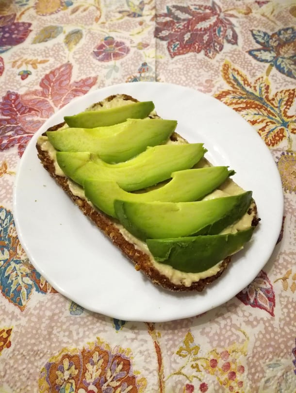 Avokado, hummus ja rapea kauraleipä maistuvat kuin syntisempikin herkku!   – Viiru