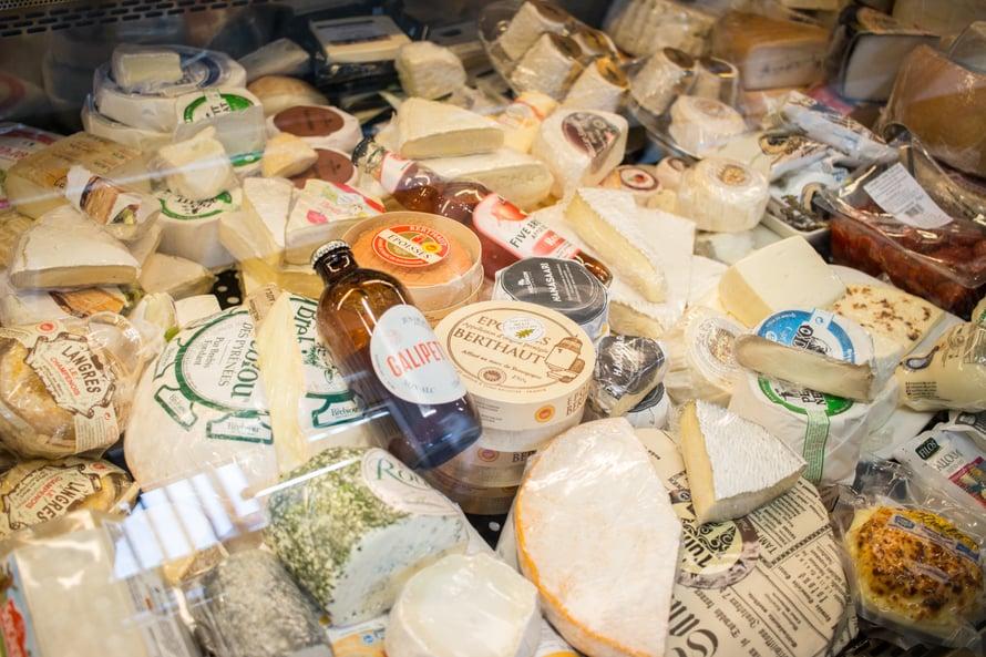 Lentävä Lehmä on Suomen juustojen edelläkävijä ja asiantuntijapuoti. He toimittavat ravintoloille juustoja ja tietävät kaiken, mitä sinun tarvitsee juustosta tietää. Vasemmalla kuvassa on yksi lempijuustoistani Langres - pystyn syömään koko juuston yksin siltä istumalta!