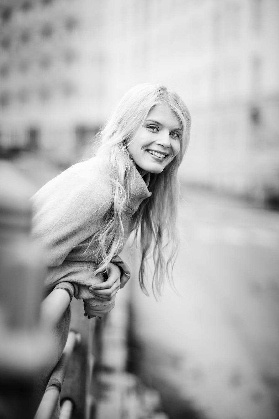 Alina Tomnikov (s. 1988) on helsinkiläinen näyttelijä ja teatteritaiteen maisteri. Tänä keväänä hänet on nähty MTV3:n Putous-komediasarjassa ja Cheekistä kertovassa elokuvassa Veljeni Vartija. Alina on näytellyt saksalaista prinsessaa venäläisessä tv-sarjassa Jekaterina. Suomessa Alina on nähty esimerkiksi tv-sarjoissa Downshiftaajat, Nymfit ja Syke.