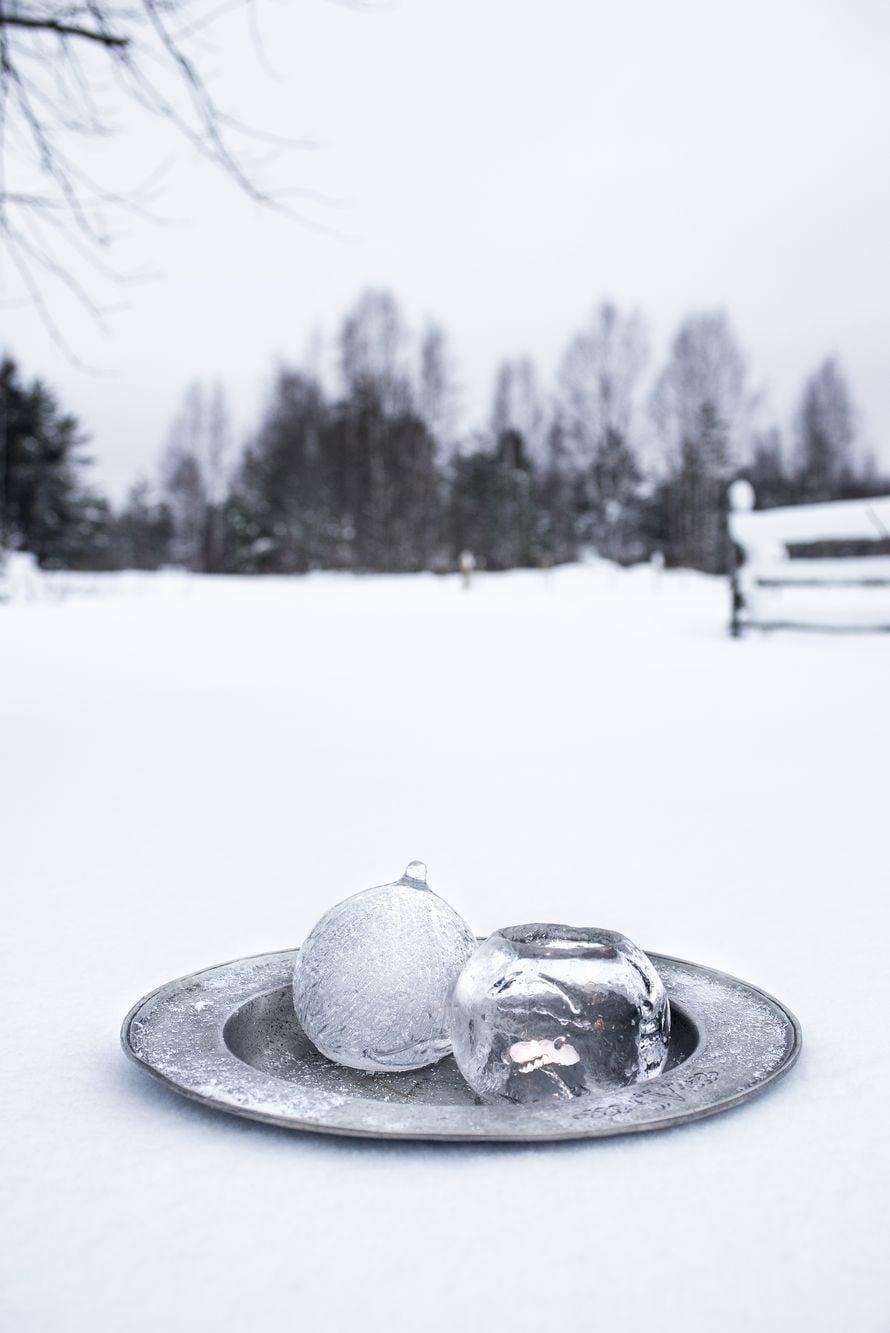 Pelataanko erä jääpalloa? Jäälyhdyn tai hienon jääkoristeen voi tehdä myös ilmapallon avulla.