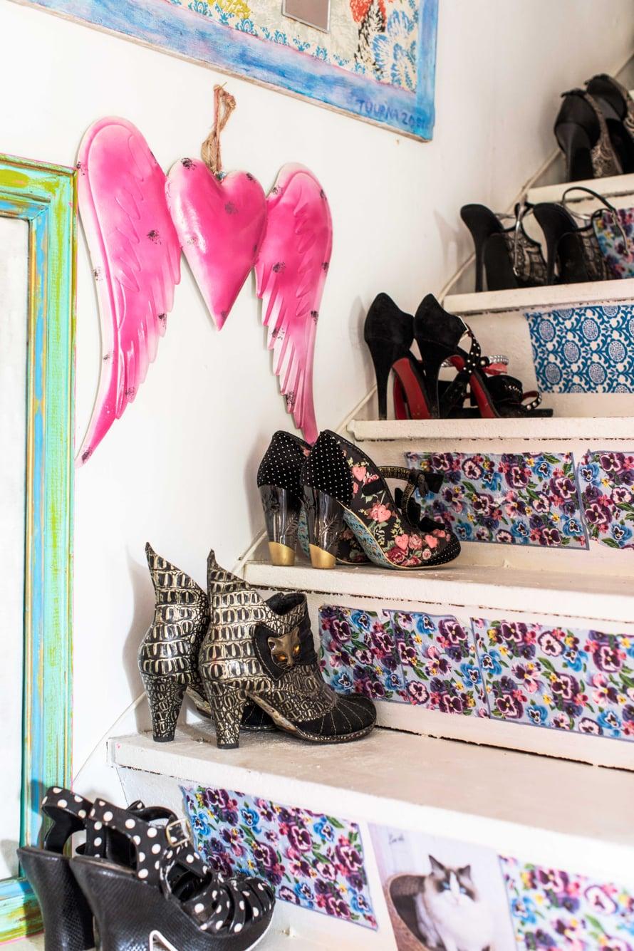 Vintin rappuset on koristeltu tapetinpaloilla ja lautasliinoilla. Marjon kengät ovat kuin taideteoksia.