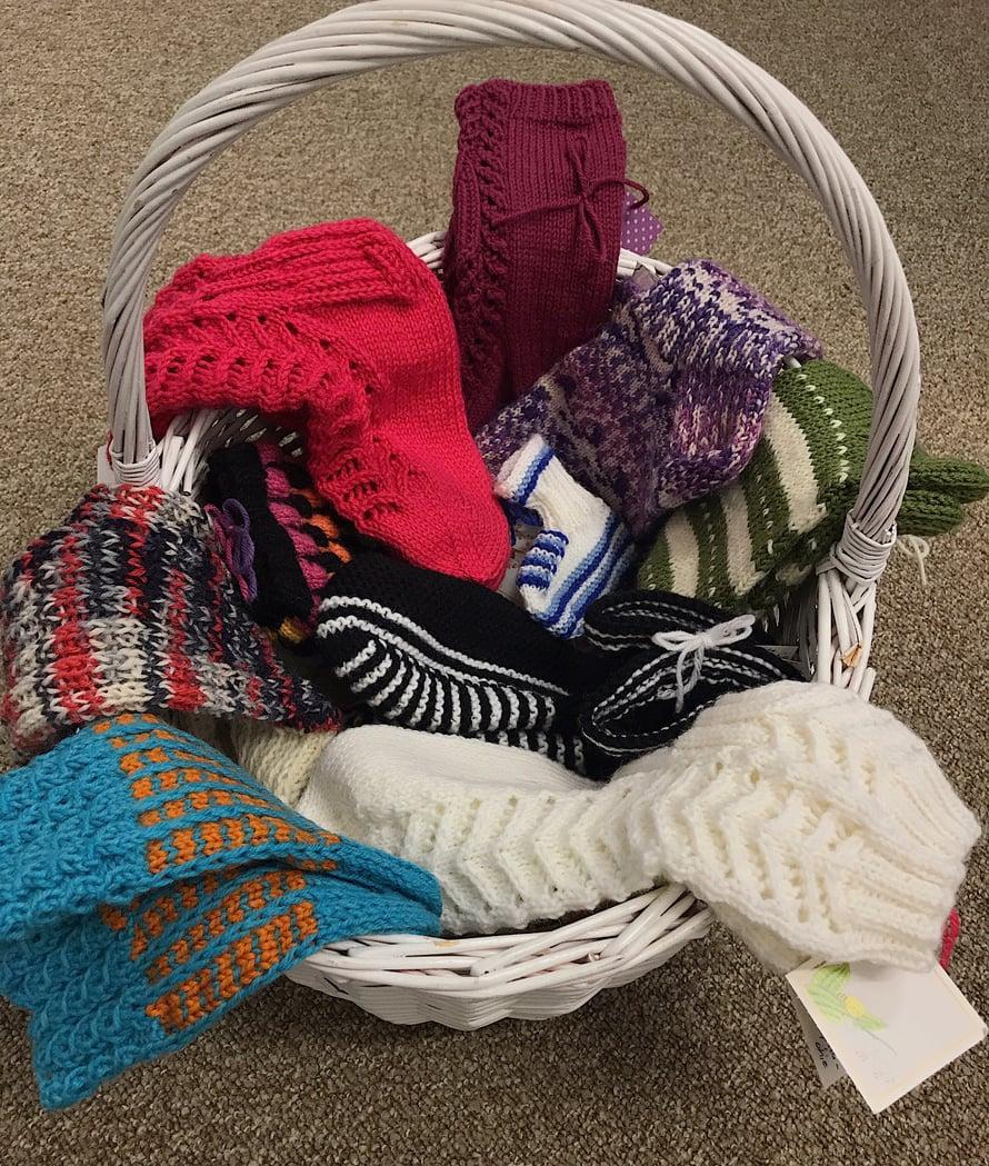 Ajatuksella tehtyjä sukkia, joiden mukana tuli myös lämmin kirje tai kortti sukan tuleville saajille.