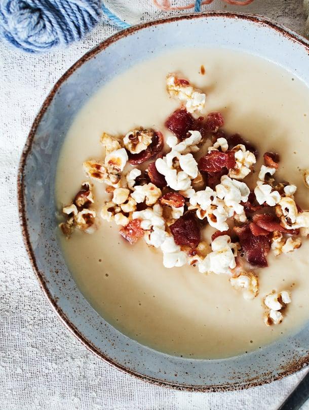 Keittolisukkeen seuraava taso: pekonipopcornit! Ripota ne sopan päälle ja napostele loput viltin alla.
