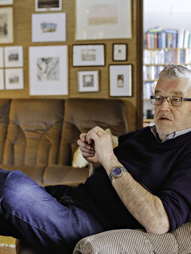 Matti J. Kuronen on 79-vuotias eläkkeellä oleva rovasti, perheneuvoja ja kirjailija. Hän asuu Lappeenrannassa vaimonsa Tellervon kanssa. Vaimonsa aivoinfarktin jälkeen hän on ollut kuusi vuotta tämän omaishoitaja. Vapaa-ajallaan hän pitää palvelukeskuksen tiloissa Tuonen tupa -nimistä kahvilaa, jossa keskustellaan kuolemasta elävästi.