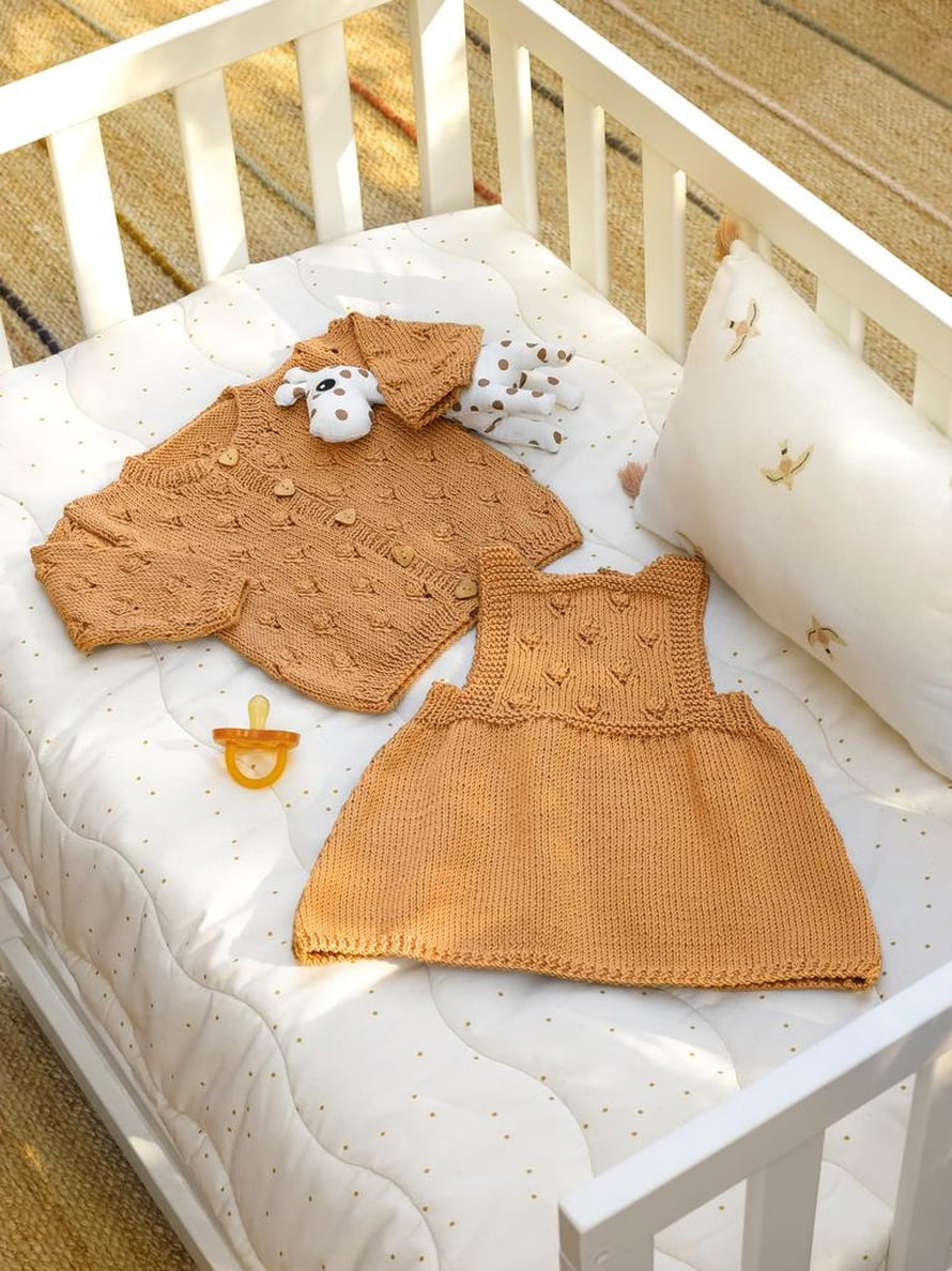 35 Vauvan neuletakki ja 36 Vauvan mekko