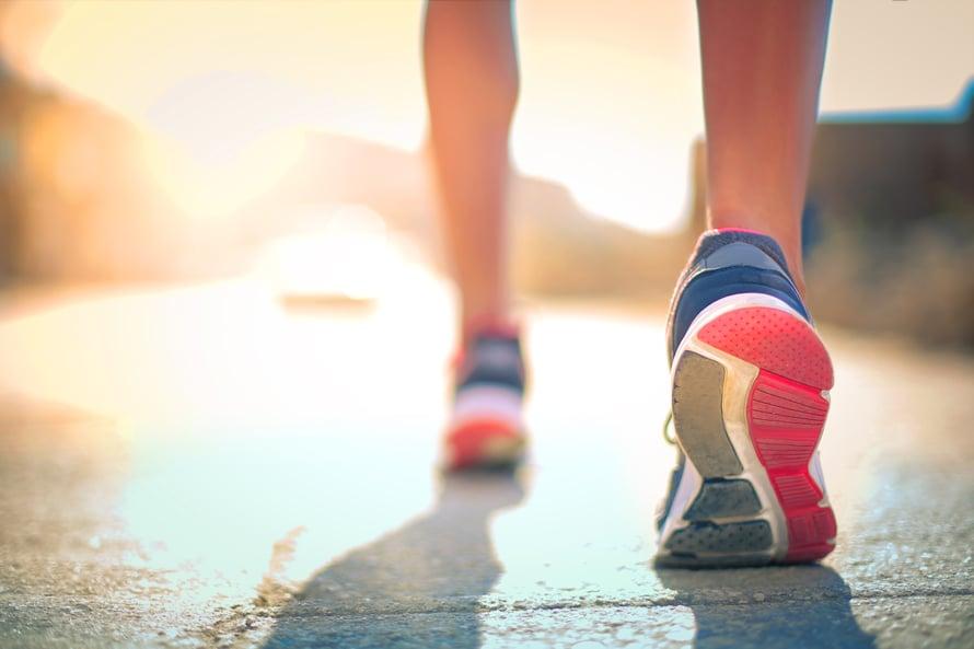Terveyden kannalta askelia pitäisi kertyä joka päivä vähintään 10 000. Laskukaava kertoo, kuinka paljon se on kilometreissä.